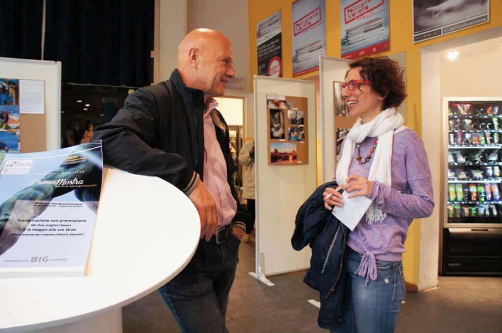 Vittorio Valentini e Corinna Garuffi (vincitrice della scorsa edizione) si consultano per decidere a chi affidare il primo e secondo premio.
