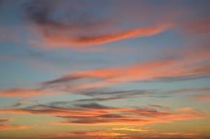 Scie di nuvole rosse (particolare del tramonto all' Elba)