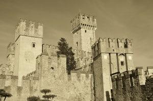 Il castello di Sirmione (VR) Tempo : 1/320 sec. Diaframma : F/9 Iso : 100 Distanza focale : 26 mm. Eseguito trattamento seppia