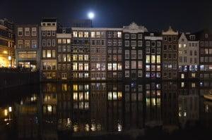 Palazzi di Amsterdam che si riflettono sul canale