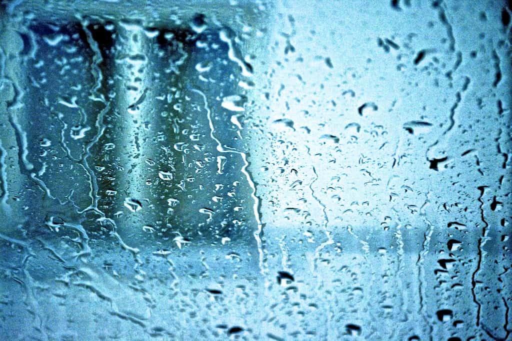 All'improvviso un pomeriggio di marzo il cielo si riempie di nubi grigie e il temporale mi sorprende. Dal vetro della macchina osservo quello che sta per accadere fuori con un senso di tristezza e tenerezza. Ecco….Piove. Piove sui tetti e sui muri, piove sul lungo viale Piove sui vetro dell'auto. I fari illuminano le signore che per strade affrettano il passo nascoste sotto i loro ombrelli colorati. Tutto si confonde e trasforma, ogni goccia di pioggia battendo sul vetro versa lacrime invadendo tutto di malinconia