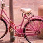 Il colore rosa nasce dall'unione tra la carica del rosso e la neutralità del bianco e universalmente rappresenta da sempre la dolcezza e la delicatezza, ma anche la gratitudine e la comprensione.