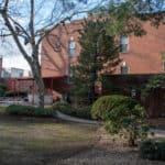 Il giardino della casa nel Queens dove Louis Armstrong ha vissuto con la moglie, a partire dal '43 La targa che si intravvede a destra, riporta le parole di un suo immortale successo