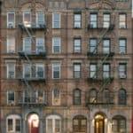 """Il palazzo ritratto sulla copertina dell'album """"Physical Graffiti"""" dei Led Zeppelin Nella vetrina più a destra del seminterrato si è insediata una tea-room denominata """"Physical GraffiTea"""""""